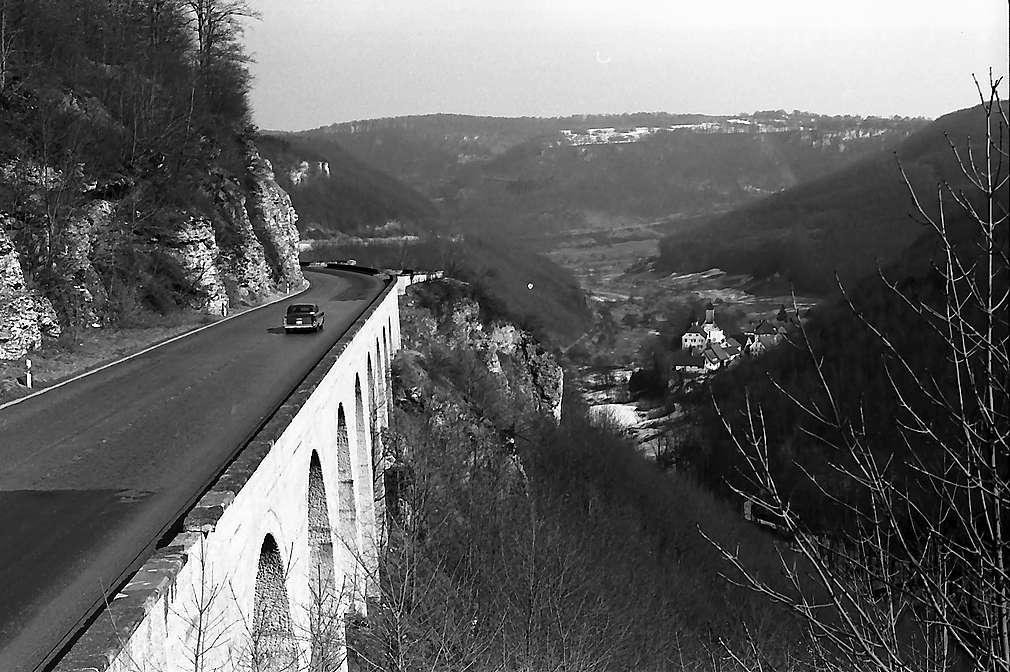 Drackenstein: Autobahn und Blick auf den Ort, Bild 1