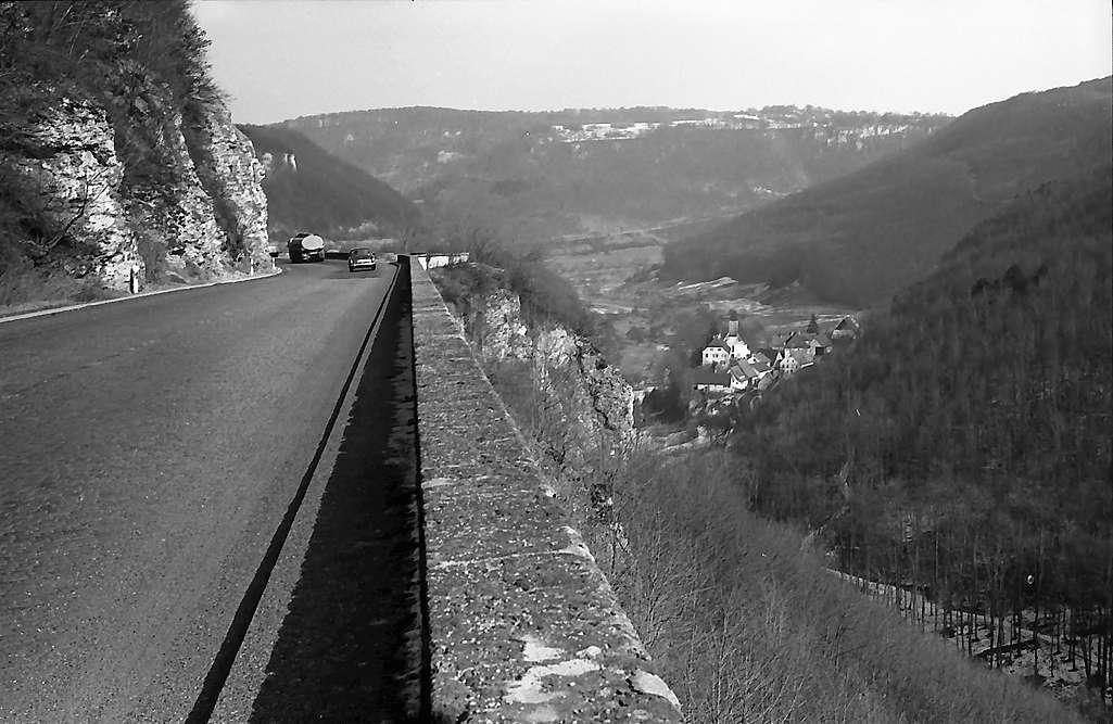 Drackenstein: Autobahn mit Geländer im Vordergrund und Blick auf den Ort, Bild 1