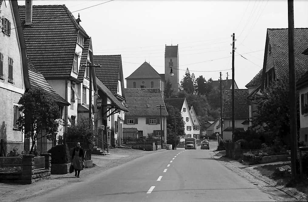 Bisingen: Ortsdurchfahrt und Kirche, Bild 1
