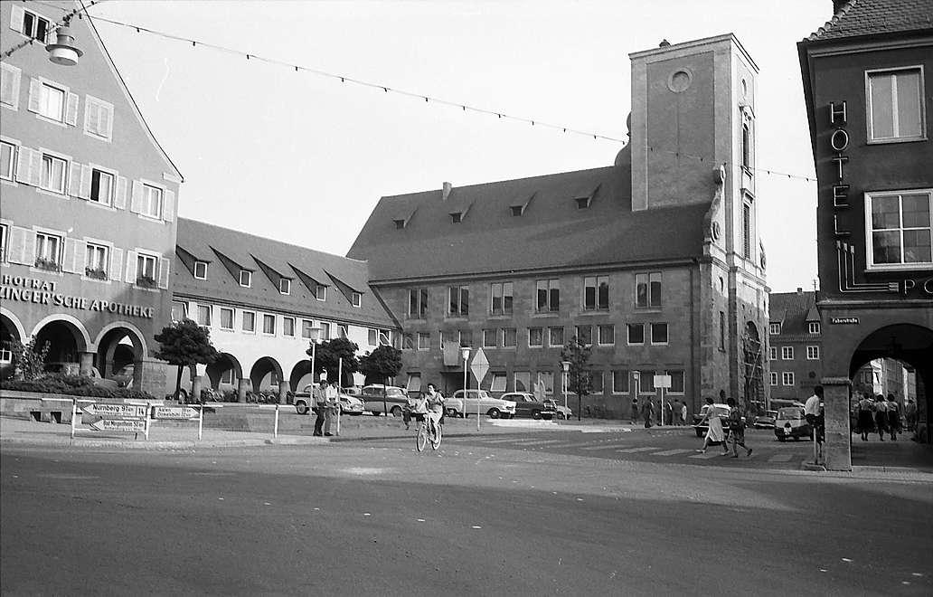 Crailsheim: Rathaus mit dem Bau einer ehemaligen Kirche, jetzt Wohn- und Geschäftshaus, Bild 1