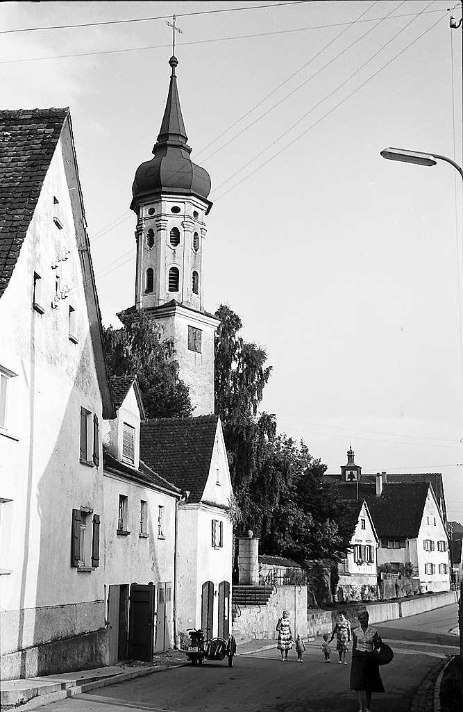 Obermarchtal: Straße mit Dorfkirche, Bild 1