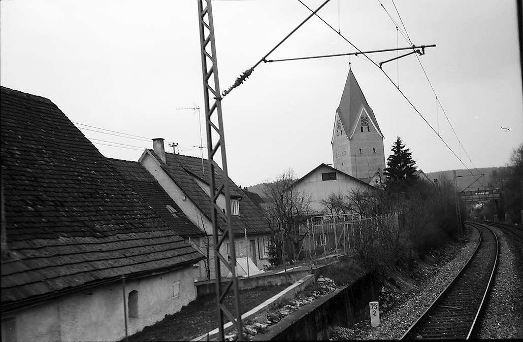 Lonsee: Strecke am Dorf mit Kirche, Bild 1