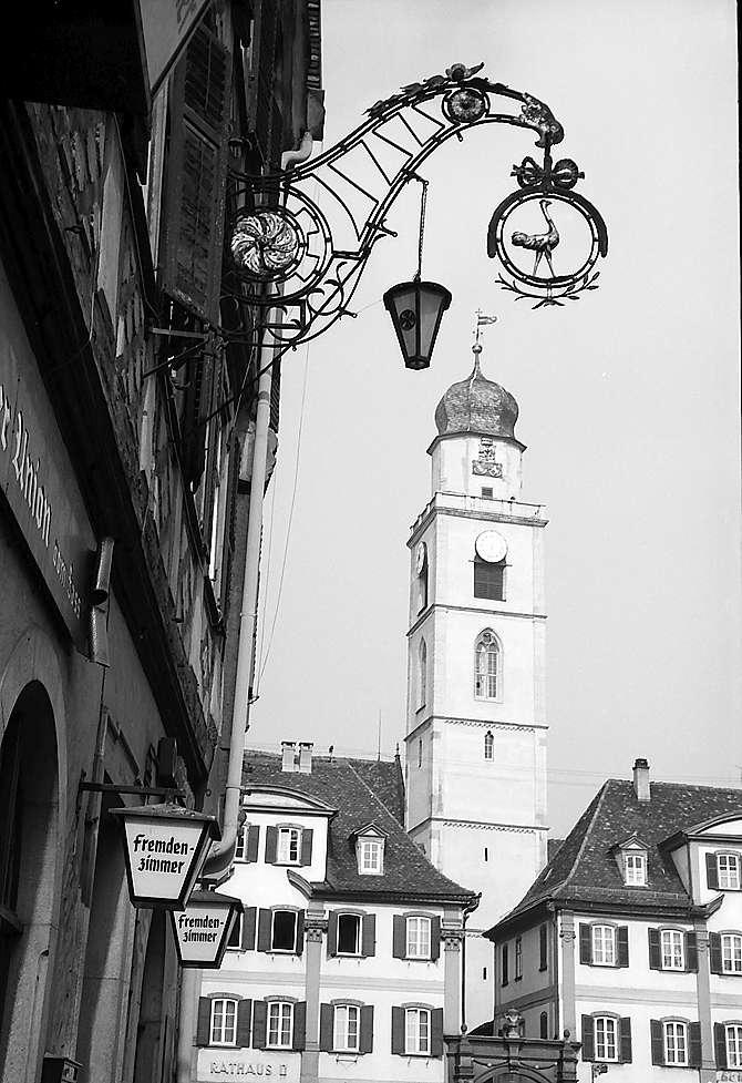 Bad Mergentheim: Aushängeschild und Turm der Kirche, Bild 1