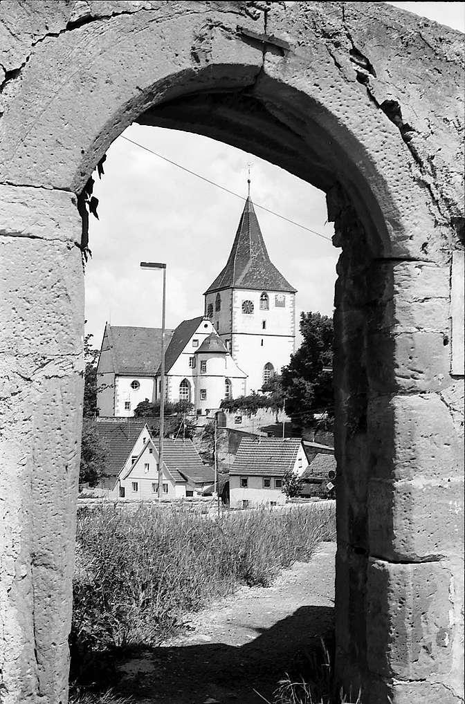 Freiberg-Beihingen: Blick durch das Schlossportal zur ev. Pfarrkirche, Bild 1
