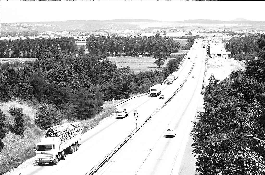 Pleidelsheim: Blick von der Brücke auf die Autobahn Stuttgart-Heilbronn, Bild 1