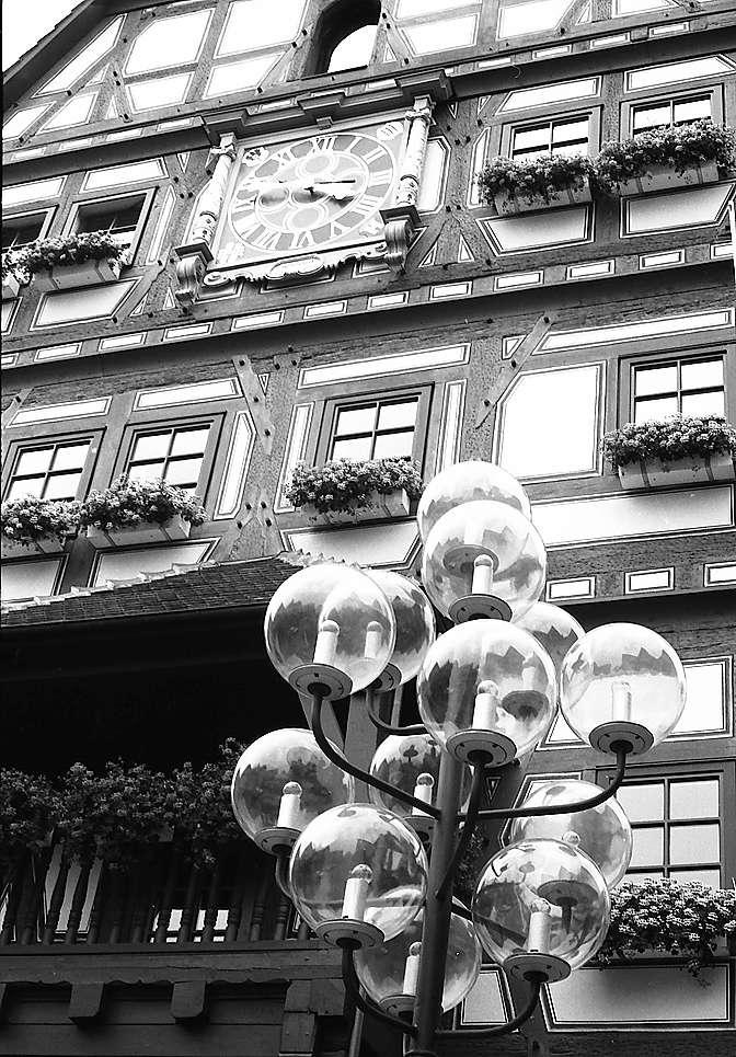 Besigheim: Moderne Kandelaber vor der Fassade des alten Rathauses, Bild 1