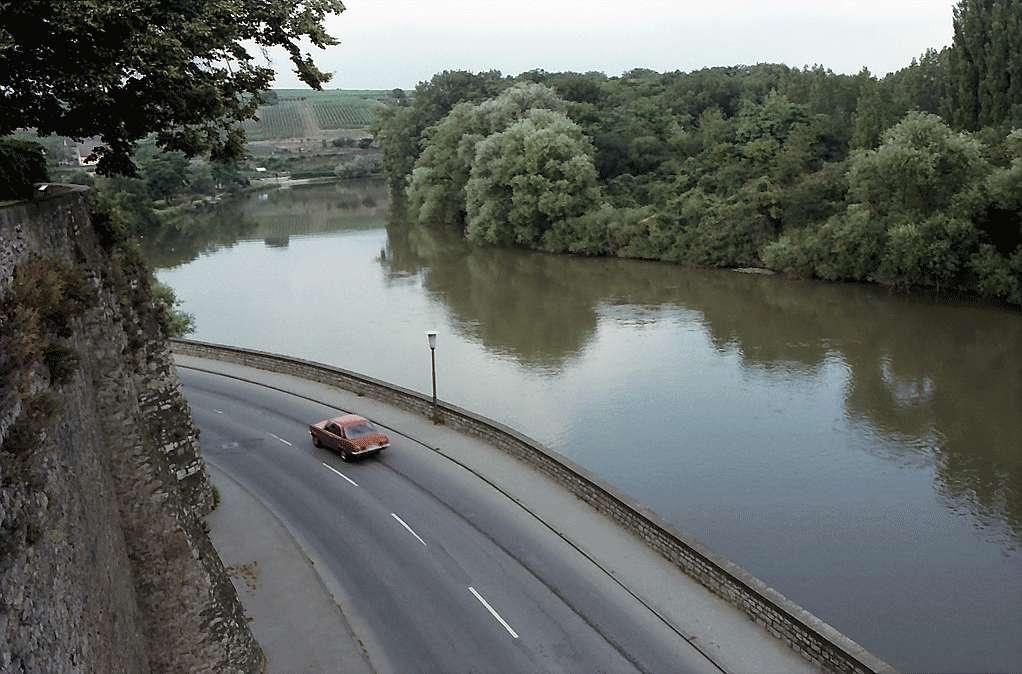 Lauffen: Blick vom Vorplatz der Kirche auf Neckar und Straße, Bild 1