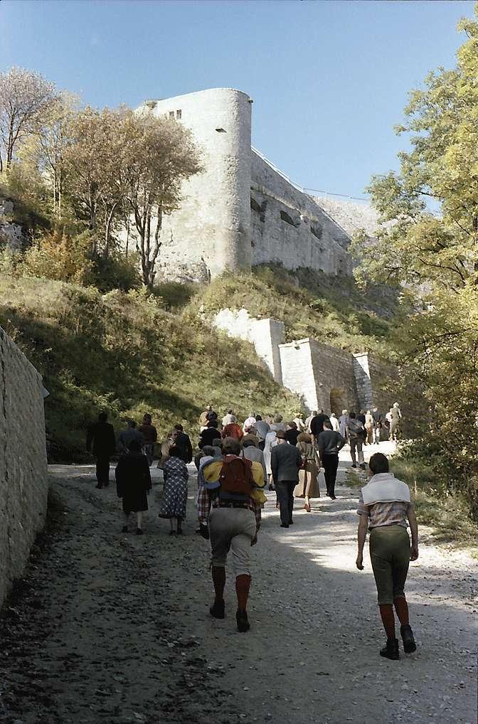 Neuffen: Burggemäuer von unten, Bild 1