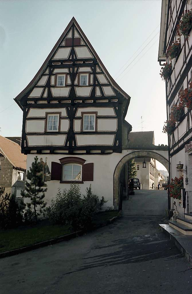 Trochtelfingen: Fachwerkhaus mit Spitzgiebel und Tor, Bild 1