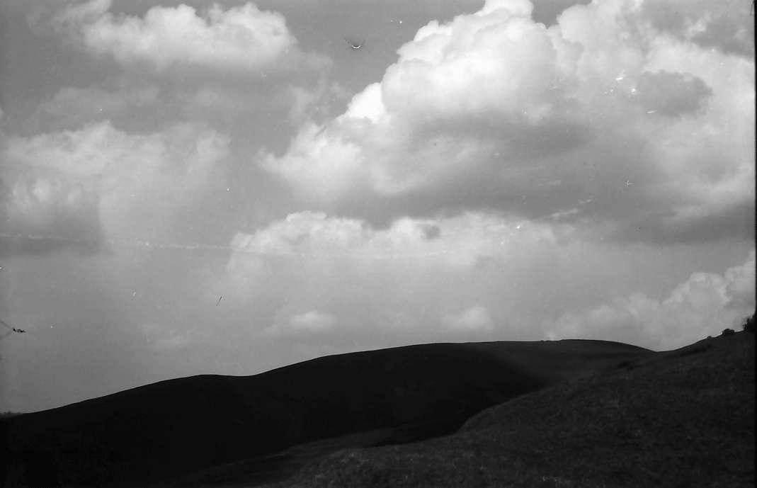 Vogtsburg, Pass: Blick vom Pass auf den Schwarzwald, Kahler Bergrücken mit Wolken, Bild 1