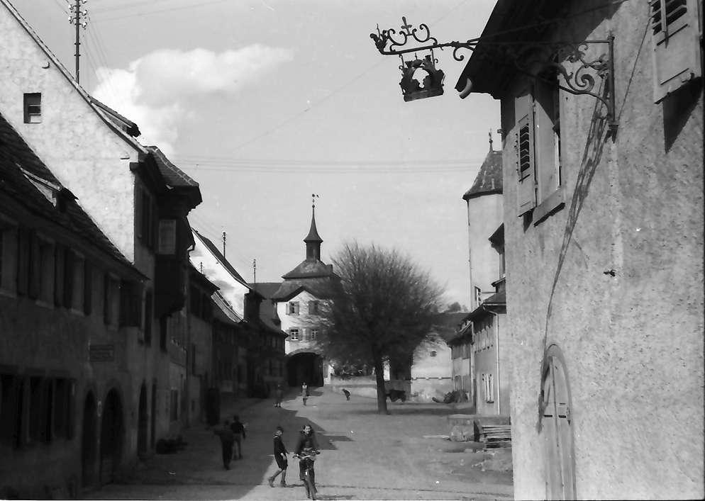 Burkheim: Straße mit Stadttor, Bild 1