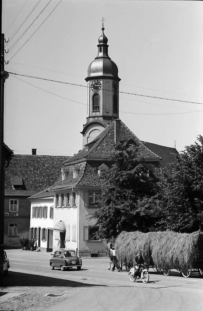 Riegel: Straße mit Kirchturm, Bild 1