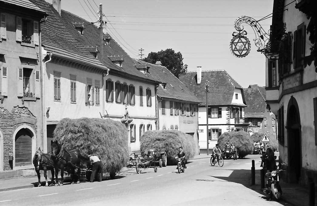 Riegel: Hauptstraße mit Heuwagen, rechts Aushängeschild, Bild 1