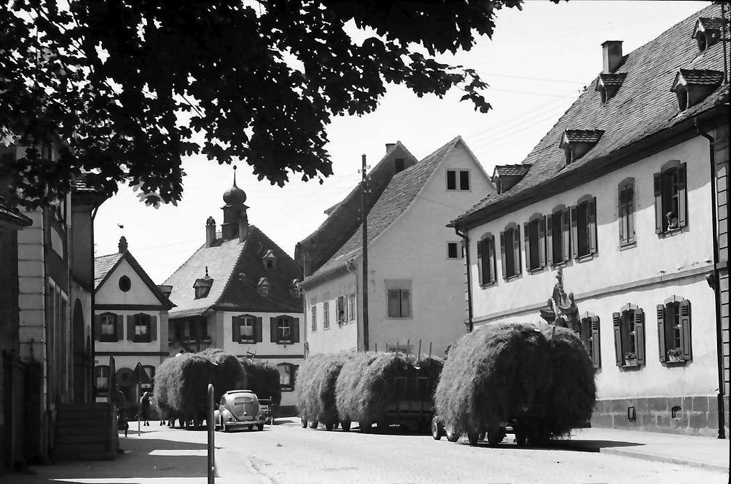 Riegel: Hauptstraße mit Heuwagen, Blick zum Rathaus, Bild 1