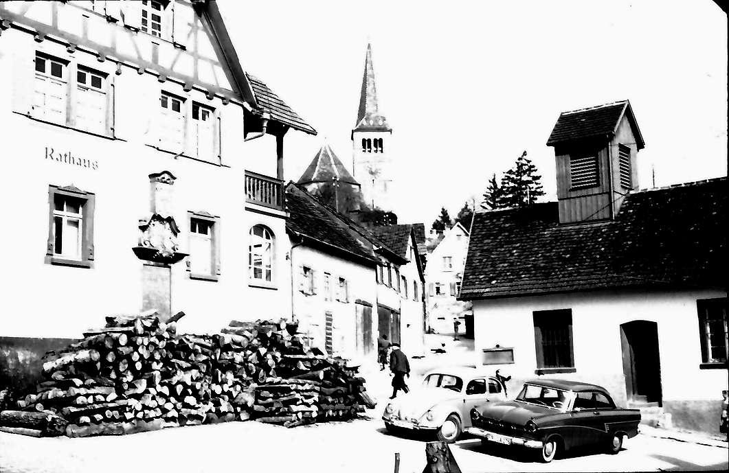 Bahlingen: Marktplatz mit Rathaus, größer, Bild 1