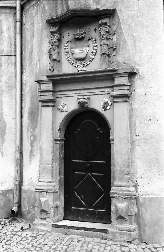 Burkheim: Tor im Rathaus mit Wappen, Bild 1