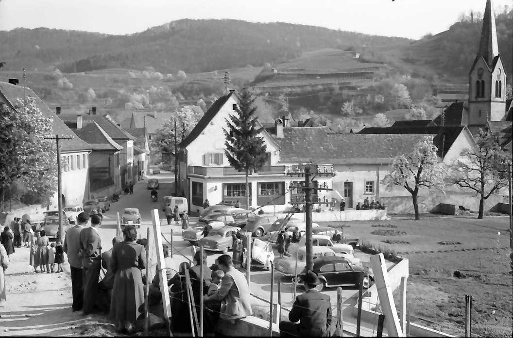 Bickensohl: Verkehr am Sonntag, hierzu Zuschauer, vor Gasthof Rebstock, Bild 1