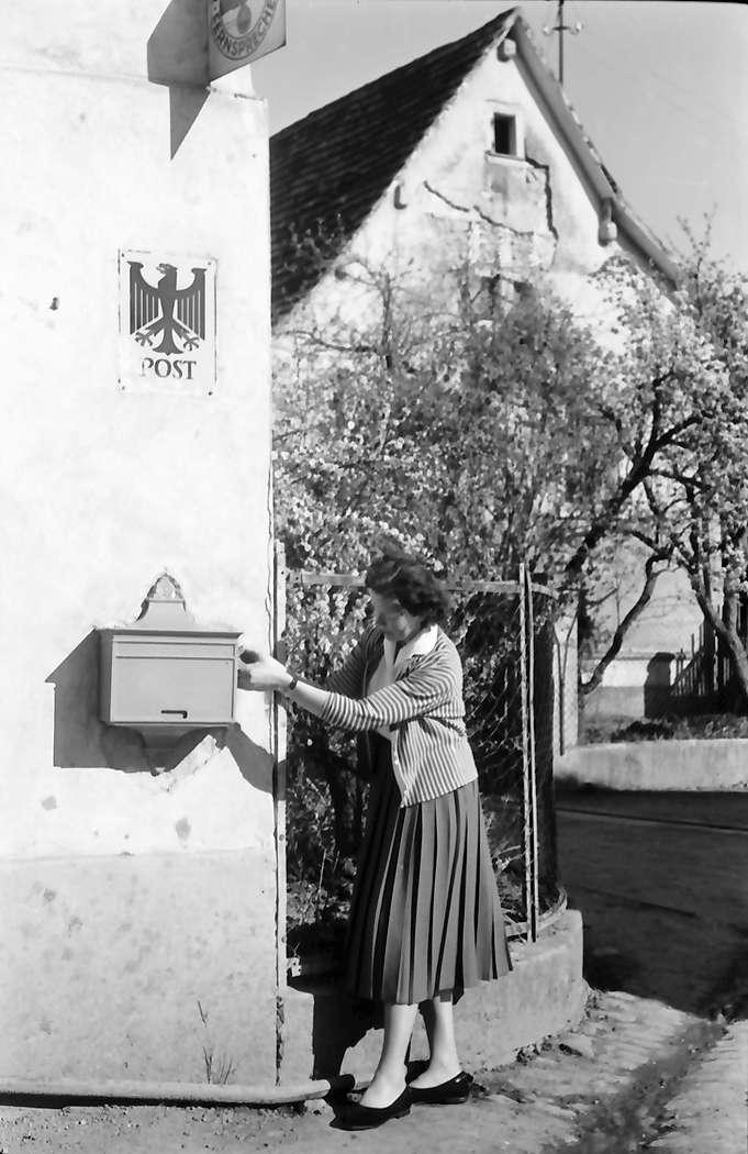 Nimburg: Fräulein Ewerz am Dorfbriefkasten, Bild 1