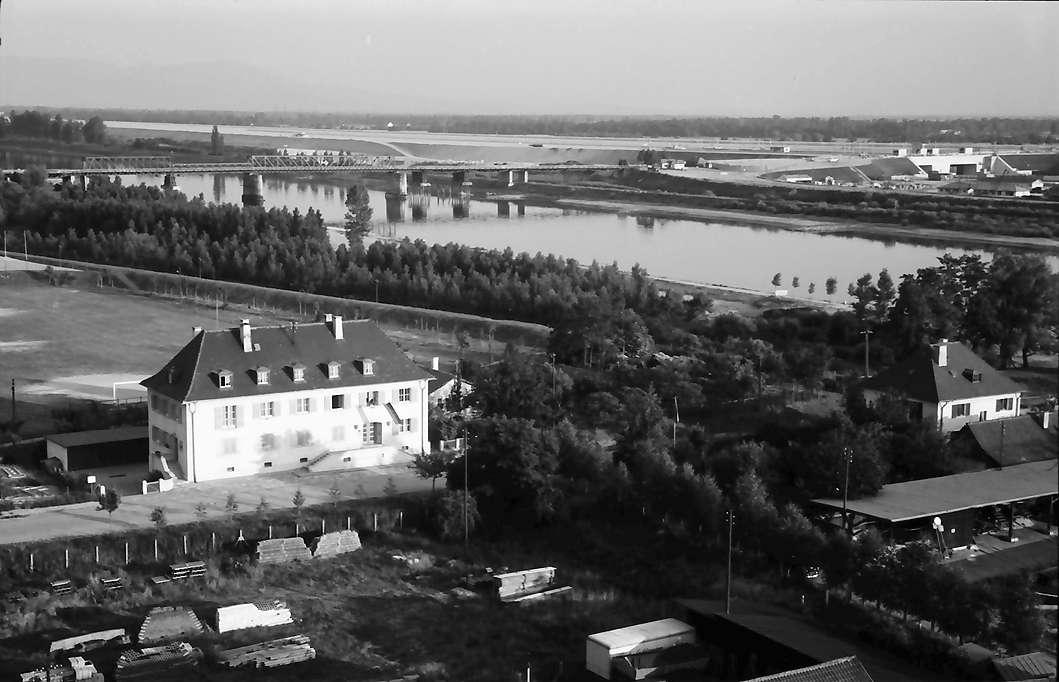Breisach: Blick vom Münsterplatz auf Rhein und Kanal, Bild 1