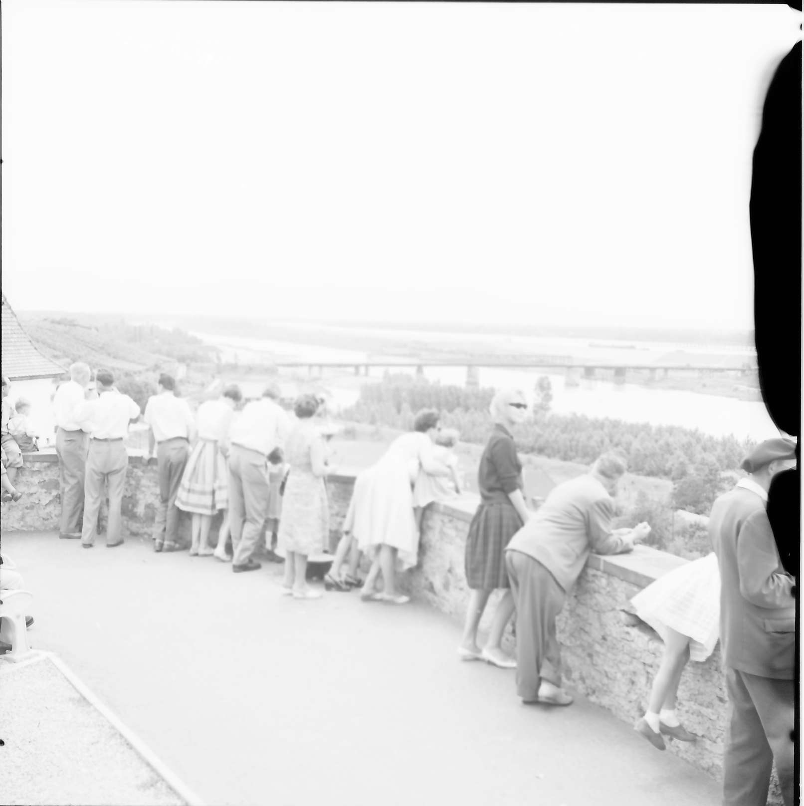 Breisach: Blick vom Münsterplatz zur Rheinbrücke, Vordergrund Publikum, Bild 1
