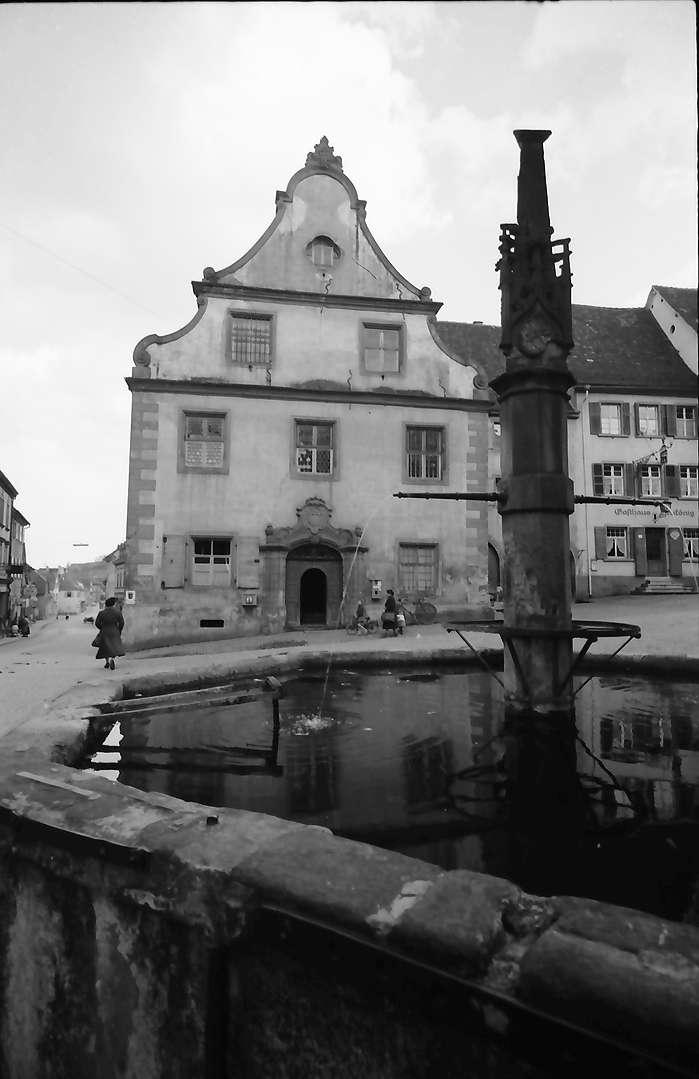 Endingen: Gotischer Brunnen mit Rathaus, Bild 1