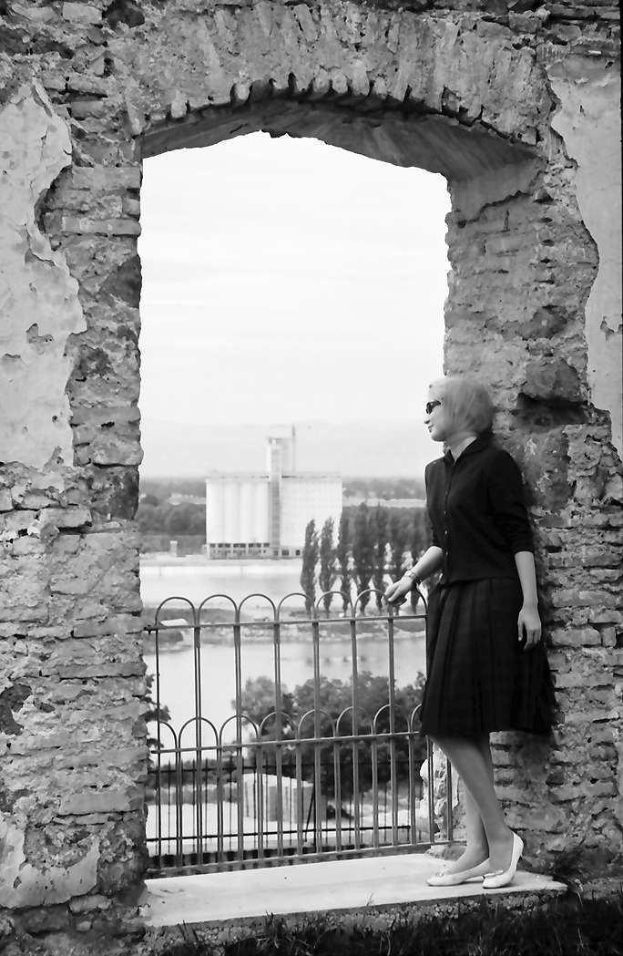 Breisach: Durchblick durch Ruinenfenster auf Silo mit Berbel Studn., Bild 1