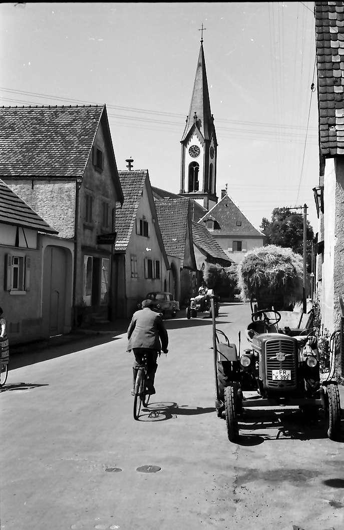 Ihringen: Straße mit Erntewagen (mit Kirche), Bild 1