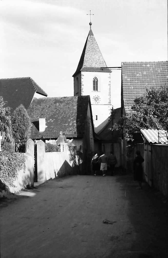 Burkheim: Gasse zur Kirche, Bild 1