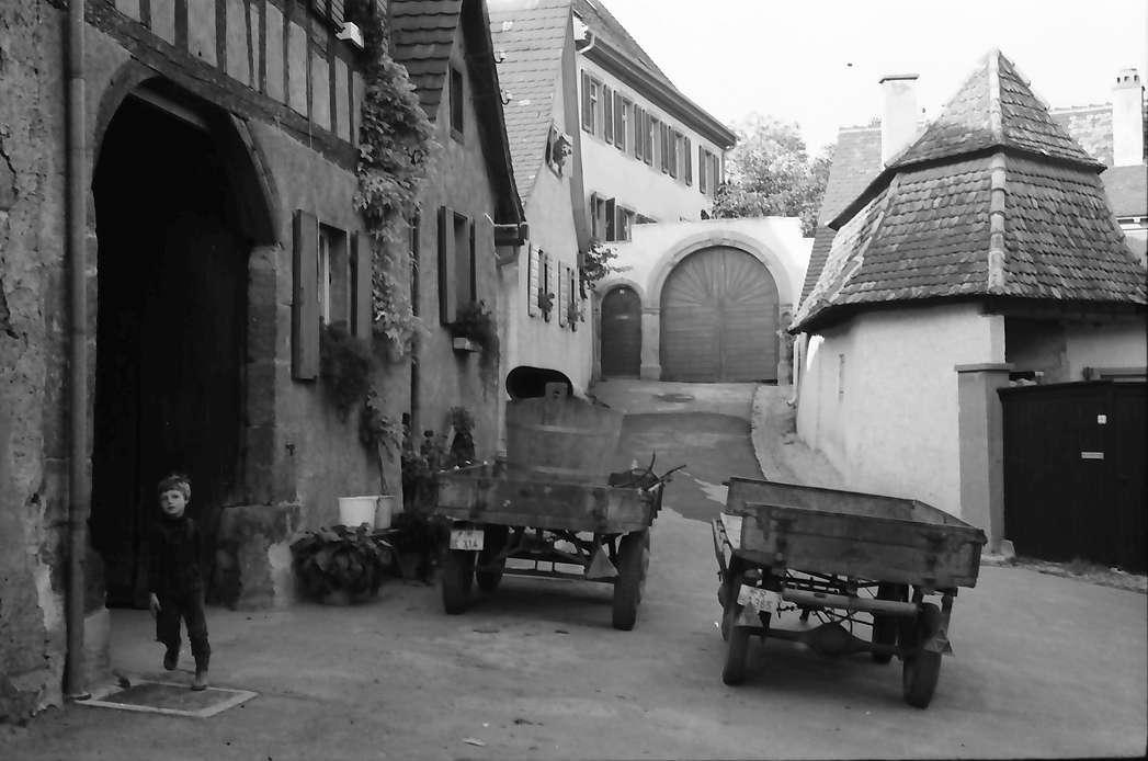 Burkheim: Gasse mit Karren und Hoftore, Bild 1