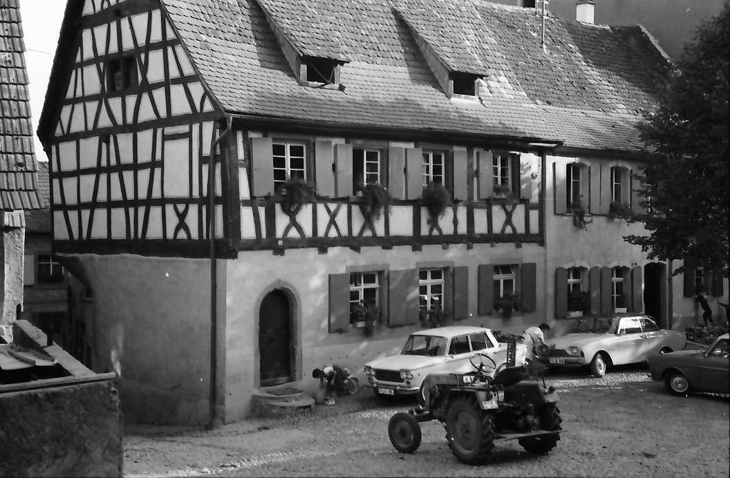 Burkheim: Fachwerkhaus, Vordergrund Traktor, Bild 1
