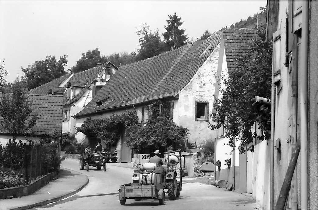 Bötzingen: Dorfstraße zum Berg mit Traktoren, Bild 1