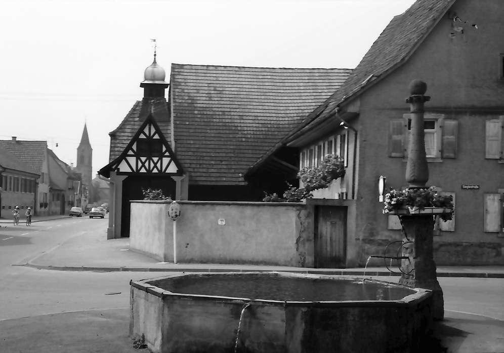 Bötzingen: Brunnen vor der katholischen Kirche und Hauptstraße, Bild 1