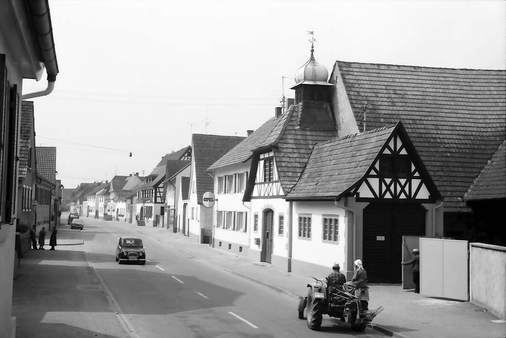 Bötzingen: Hauptstraße, Fachwerkhaus mit Türmchen, Bild 1