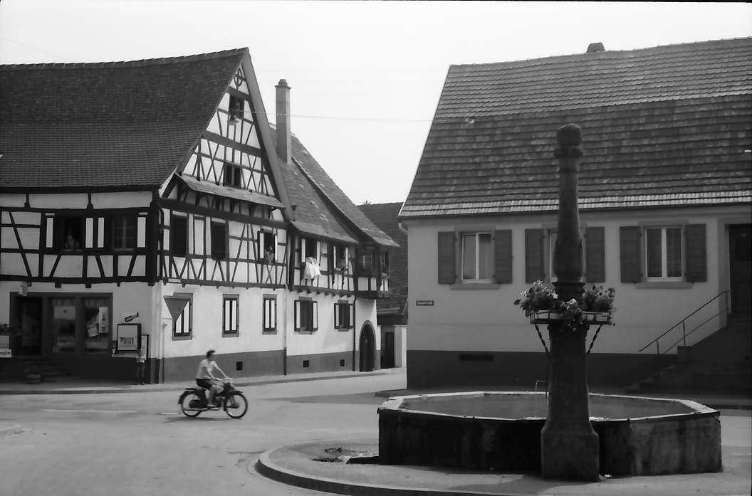 Bötzingen: Brunnen und Fachwerkhaus mit Erker, Bild 1