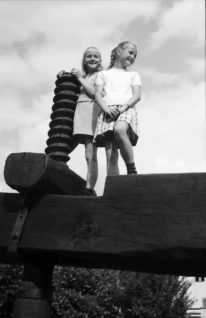 Bickensohl: Historische Weinpresse, Holzgewinde, mit Kindern darauf, Bild 1