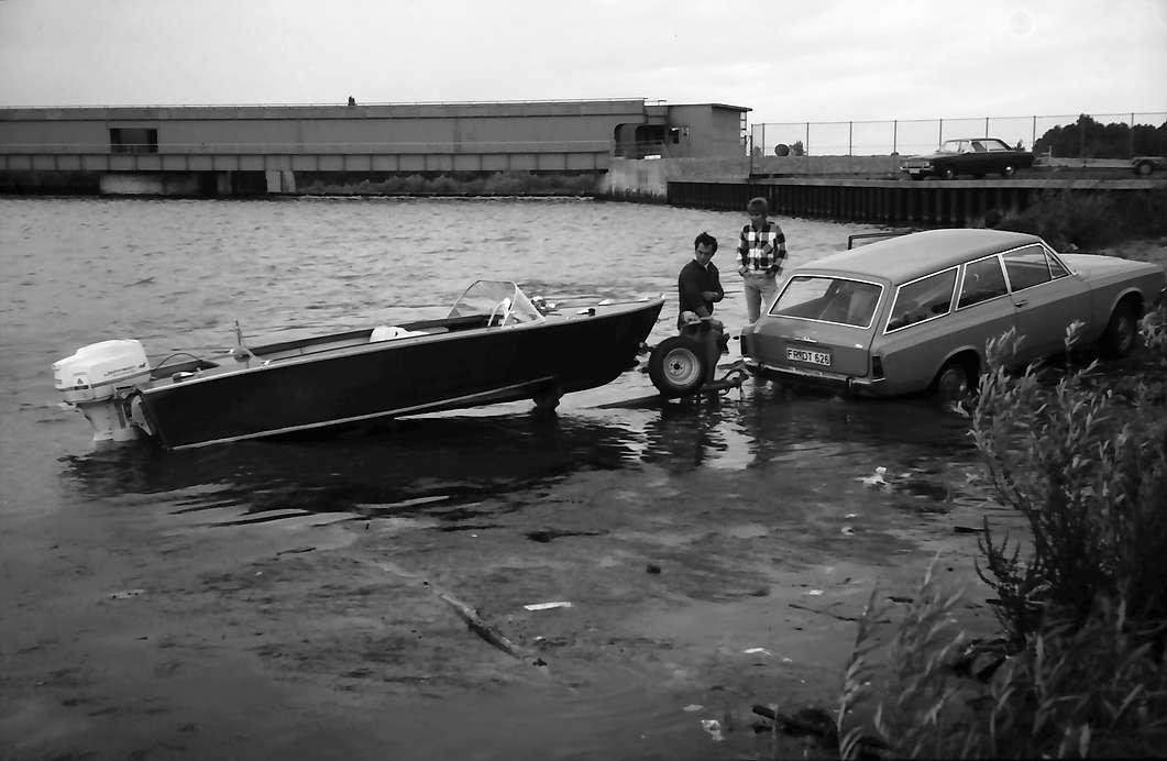 Sasbach: PKW zieht Außenbordboot an Land, Bild 1