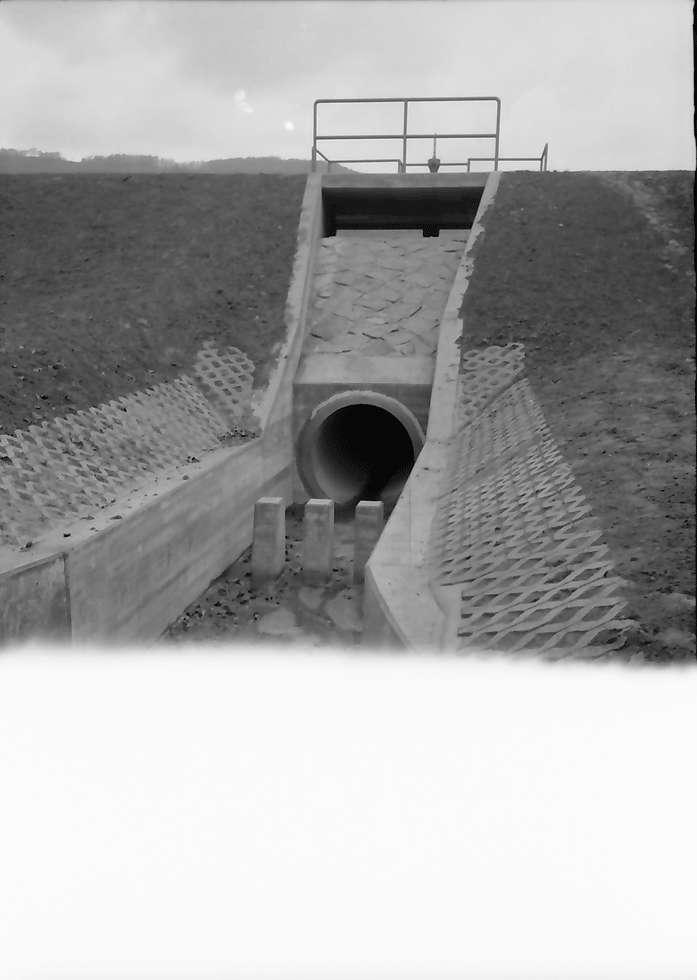 Eichstetten: Vorhaltebecken, Ausfluss, bei Eichstetten, Bild 1