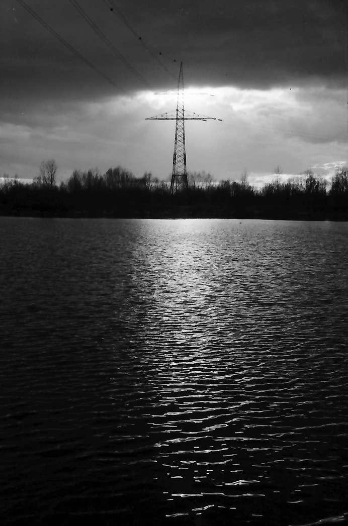 Breisach: Strom über den Strom, Hochspannungsmast über dem Rhein, Bild 1