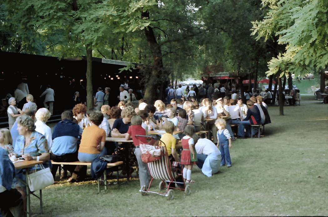 Breisach: Weintrinker-Tisch auf dem Weinmarkt, Bild 1