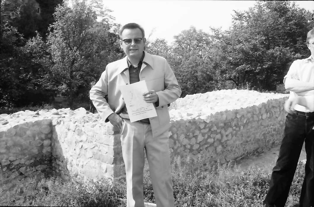 Jechtingen: Sponeck, Oberhochbaurat Fingerlin, Leiter des Denkmalamtes für Bodendenkmalpflege, Bild 1