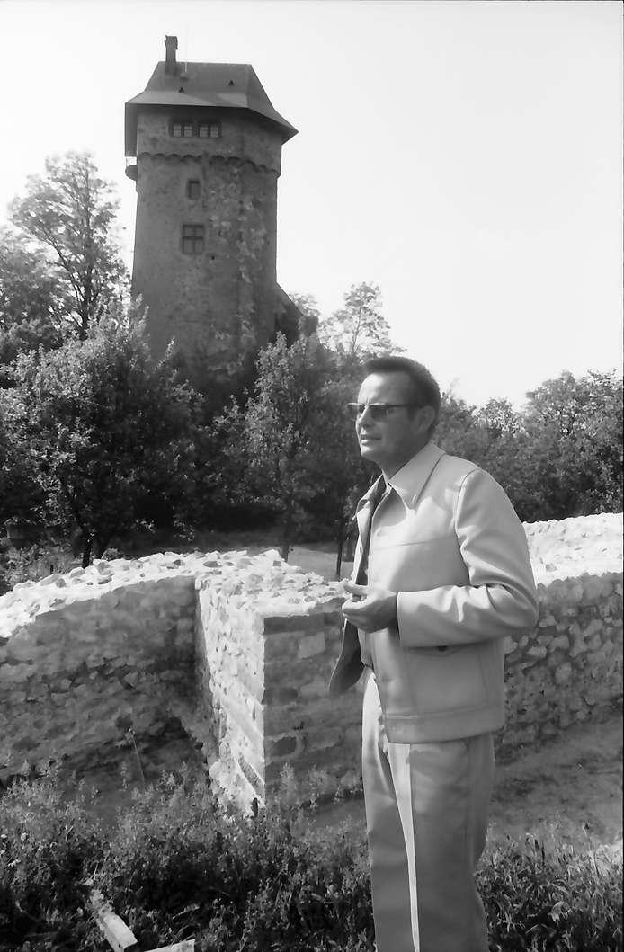 Jechtingen: Sponeck, Oberhochbaurat Fingerlin, Leiter des Denkmalamtes für Bodendenkmalpflege, Hintergrund Burg Sponeck, Bild 1