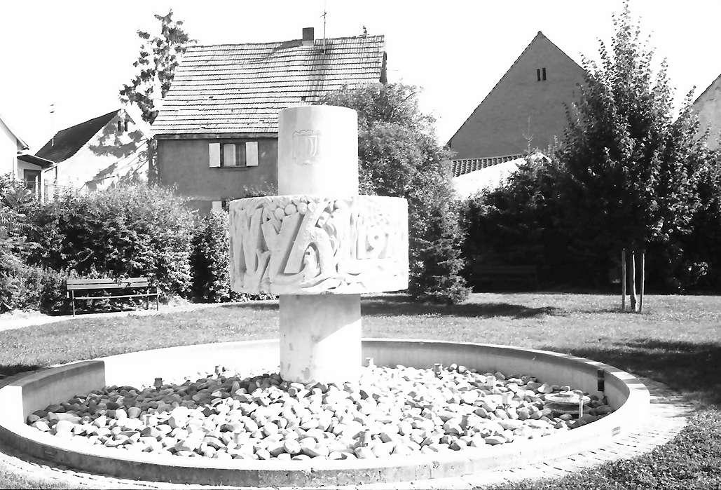 Wyhl: Runder Brunnen mit Inschrift, ohne Wasser, Bild 1