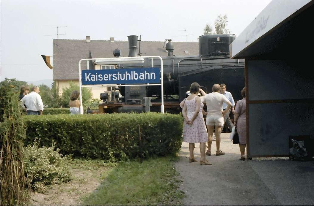 Sasbach: Bahnhof mit Schild Kaiserstuhlbahn, Bild 1