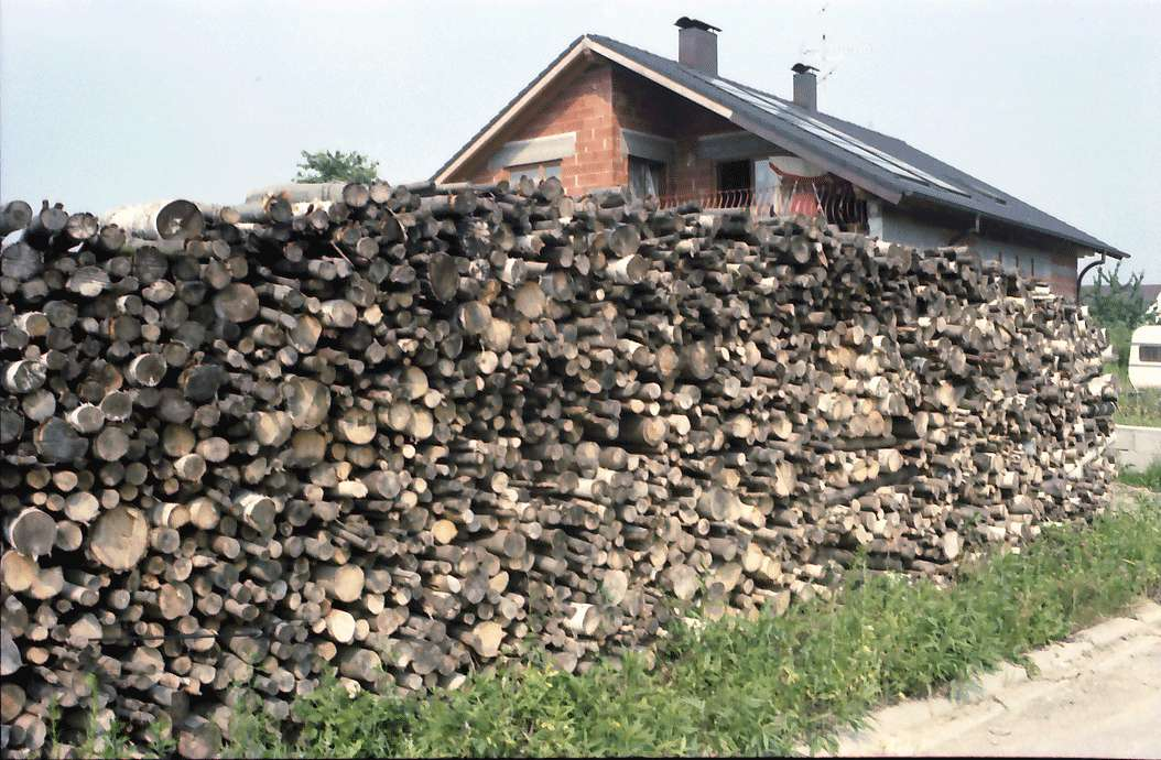 Sasbach: Holz vorm Haus, Wintervorrat, Bild 1