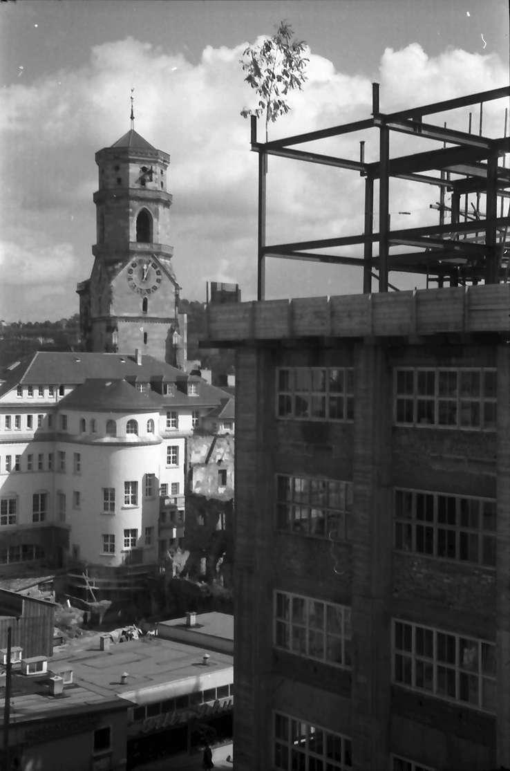 Stuttgart: Turm der Stiftskirche vom Mittnachtbau aus, Vordergrund Gerüst des Union-Baus, Bild 1