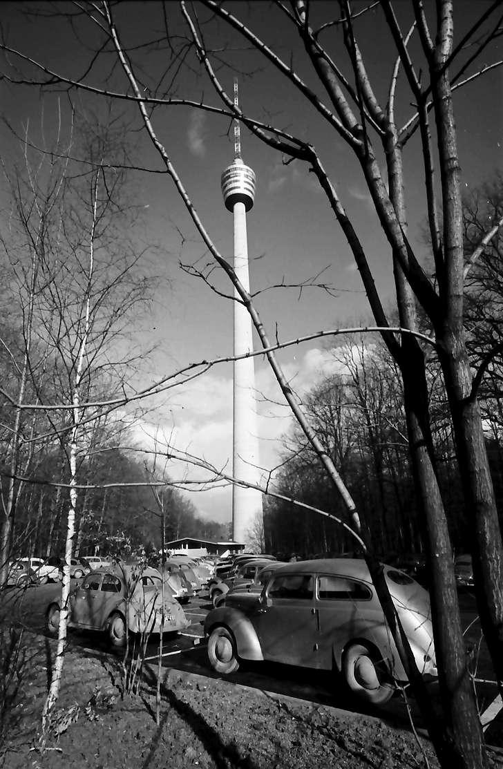 Stuttgart, Degerloch: Stuttgarter Fernsehturm von unten, Vordergrund Parkplatz, Bild 1