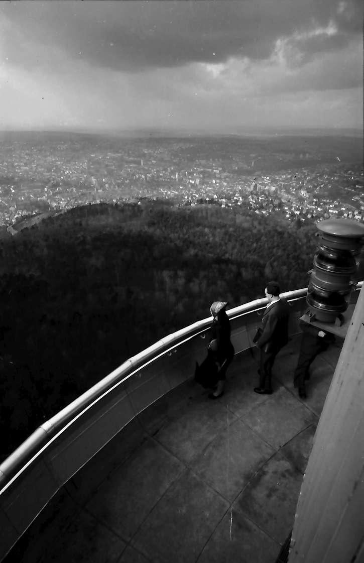 Stuttgart, Degerloch: Stuttgarter Fernsehturm, Blick von der obersten Plattform auf die untere, Bild 1