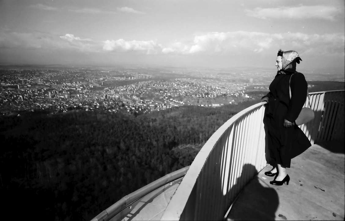 Stuttgart, Degerloch: Stuttgarter Fernsehturm, Blick nach Norden über die Stadt mit Frl. Seesemann, Bild 1