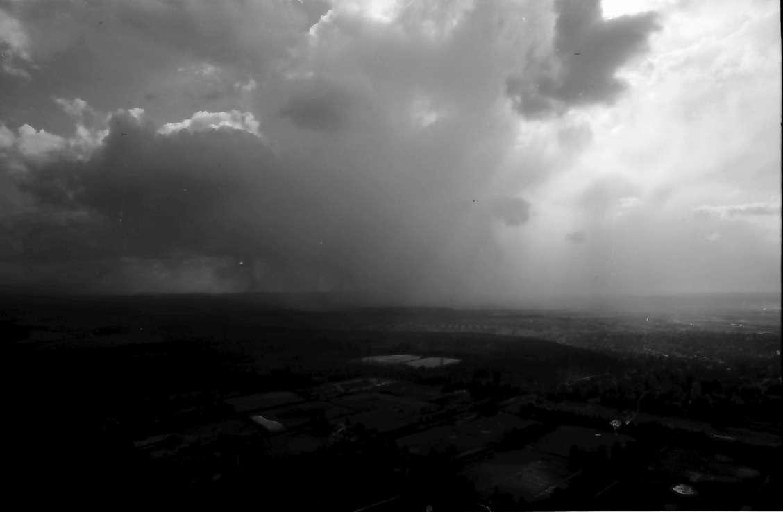 Stuttgart, Degerloch: Stuttgarter Fernsehturm, Schneesturmwolken ziehen über die Filder, Bild 1