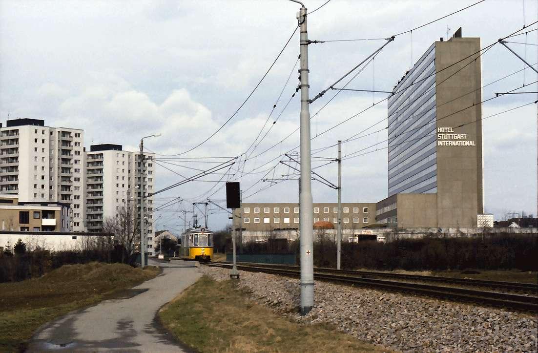 Möhringen: Straßenbahn Möhringen - Plieningen (Landhaus) auf Brücke über B 27, Hintergrund SI Hotel, Bild 1